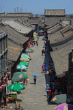 Les gens marchent sur la rue piétonnière dedans Photos libres de droits