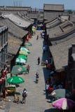 Les gens marchent sur la rue piétonnière dedans Image stock