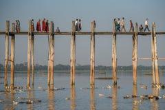 Les gens marchent sur le pont d'U Bein, Mandalay, Myanmar Images libres de droits