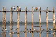 Les gens marchent sur le pont d'U Bein, Mandalay, Myanmar Image libre de droits
