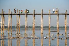 Les gens marchent sur le pont d'U Bein, Mandalay, Myanmar Photographie stock libre de droits