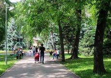 Les gens marchent, un homme avec un bébé dans une poussette Photo libre de droits