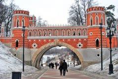 Les gens marchent vers un vieux pont en parc de Tsaritsyno à Moscou Photographie stock