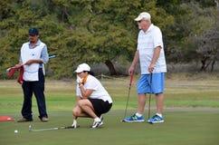 Les gens mettant sur des verts de golf Photos stock