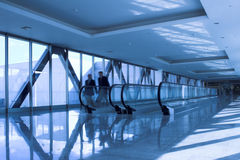 Les gens mobiles s'approchent de l'escalator photos libres de droits