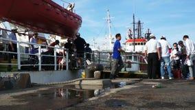 Les gens montant à bord du bateau pour escroquer l'île de Dao dans le port banque de vidéos