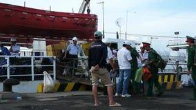 Les gens montant à bord du bateau pour escroquer l'île de Dao dans le port de V?ng Tàu, Vietnam banque de vidéos