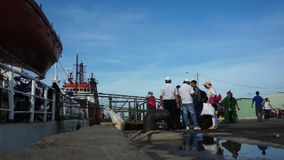 Les gens montant à bord du ferry pour aller escroquer l'île de Dao banque de vidéos
