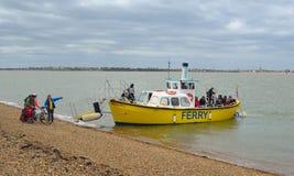 Les gens montant à bord du ferry à travers l'estuaire de la rivière Orwell Images libres de droits