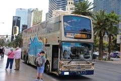 Les gens montant dans l'autobus Photos stock