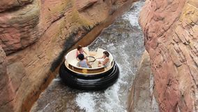 Les gens montant la rapide de Grand Canyon dans le port Aventura. banque de vidéos