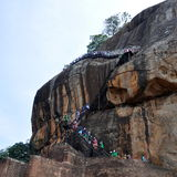 Les gens montant la roche Sri Lanka de Sigiriya Photographie stock