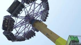 Les gens montant sur l'attraction extrême en parc d'attractions Amis heureux ayant l'amusement sur le tour passionnant de montag clips vidéos