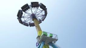 Les gens montant sur l'attraction extrême en parc d'attractions Amis heureux ayant l'amusement sur le tour passionnant de montag banque de vidéos