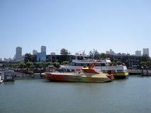 Les gens montent à bord du ferry-boat avec RocketBoat devant lui dans la marina Photos libres de droits