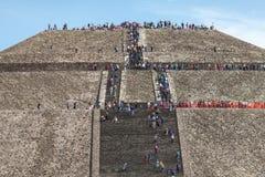 Les gens montent les étapes à la pyramide du Sun mexico Images libres de droits