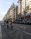 Les gens montent des bicyclettes Photographie stock