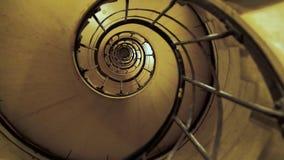 Les gens montent l'escalier en spirale  Le concept de la croissance d'affaires avec des obstacles Peut être employé comme prison  banque de vidéos