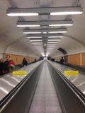 Les gens montent les escalators horizontaux Image stock