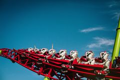 Les gens montent les montagnes russes Montée jusqu'au dessus sans voir la terre photographie stock