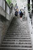 Les gens montent les vieux escaliers photographie stock libre de droits