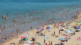 Les gens nageant en mer en Hollande banque de vidéos