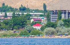 Les gens nageant pendant des vacances d'été au Kirghizistan photographie stock