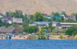 Les gens nageant pendant des vacances d'été au Kirghizistan photos libres de droits