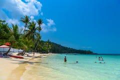 Les gens nageant sur Haad Yao échouent, île de Koh Phangan, Suratthan photographie stock