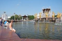 Les gens nagent dans la fontaine d'amitié de peuples au parc de VDNKH à Moscou Photographie stock libre de droits
