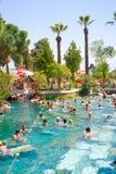 Les gens nagent en piscines de Cléopâtre près de Pamukkale, Turquie Photographie stock libre de droits