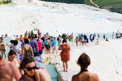 Les gens nagent en piscines de Cléopâtre près de Pamukkale, Turquie Photos stock