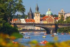 Les gens naviguent dans de petits bateaux sur la rivière de Vltava, Prague Photo stock