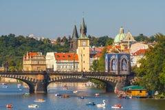 Les gens naviguent dans de petits bateaux sur la rivière de Vltava, Prague Photos libres de droits