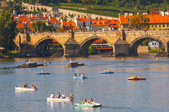 Les gens naviguent dans de petits bateaux sur la rivière de Vltava, Prague Photographie stock