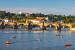 Les gens naviguent dans de petits bateaux sur la rivière de Vltava, Prague Photographie stock libre de droits