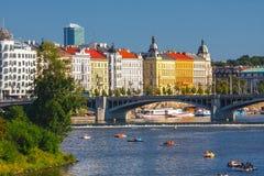 Les gens naviguent dans de petits bateaux sur la rivière de Vltava, Prague Image stock