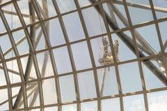 Les gens nettoyant en dehors de des fenêtres d'aéroport Photo libre de droits