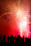 Les gens observant de beaux feux d'artifice Images libres de droits