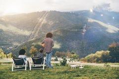 Les gens observant des montagnes d'été de point de surveillance Photographie stock