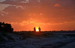 Les gens observant le coucher du soleil Photo stock