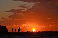 Les gens observant le coucher du soleil Images stock