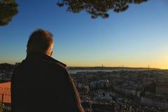 Les gens observant le coucher du soleil dans un point de vue de Lisbonne en automne Photos stock