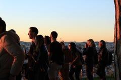 Les gens observant le coucher du soleil dans un point de vue de Lisbonne en automne Images stock