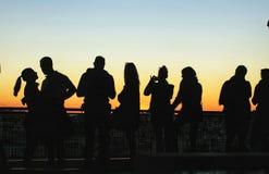 Les gens observant le coucher du soleil dans un point de vue de Lisbonne en automne Photographie stock