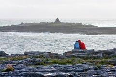 Les gens observant les vagues sur la plage de Doolin, comté Clare, Irlande Images libres de droits