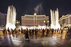 Les gens observent l'hôtel célèbre de Bellagio avec des jeux de l'eau à Las Vegas Image libre de droits