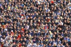 Les gens observent les parties de football Image libre de droits