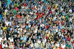Les gens observent les parties de football Image stock