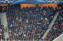 Les gens observent les parties de football Photographie stock libre de droits